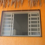 Barra de alumínio e tela contra insetos.